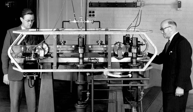 Jack Parry (til venstre) og Louis Essen (til høyre) med Cesium Mk. 1 Atomklokke